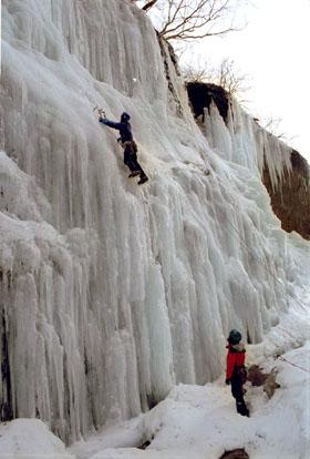 友知らず左岸の氷壁(5級)にロープを引く