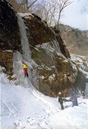 左岸の氷壁の対岸の氷(5級-)を登る田邉。氷が薄く下部のみで終わる。