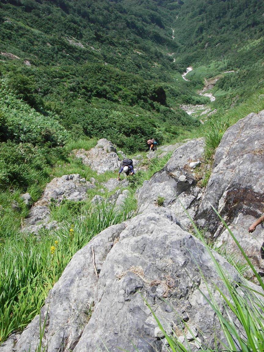 源頭の岩を登攀中