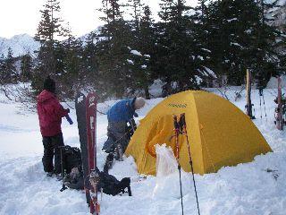 雪原にテントを設営