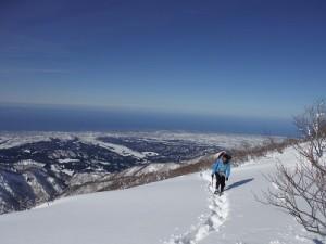 富山湾を背景に2