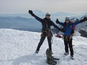 〈富士山をバックに喜びのポーズ〉