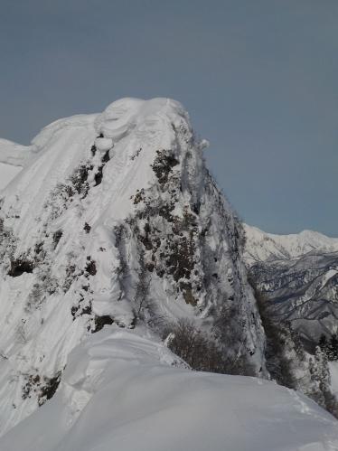 剣ヶ峰方面から臨む獅子ヶ鼻山