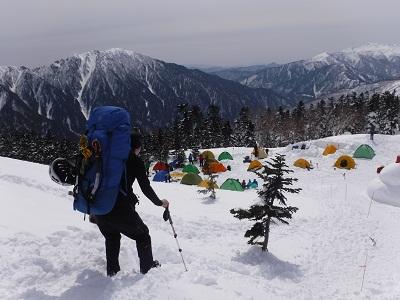 西穂山荘に到着すると、すでに賑やかなテント村が出来ていました。